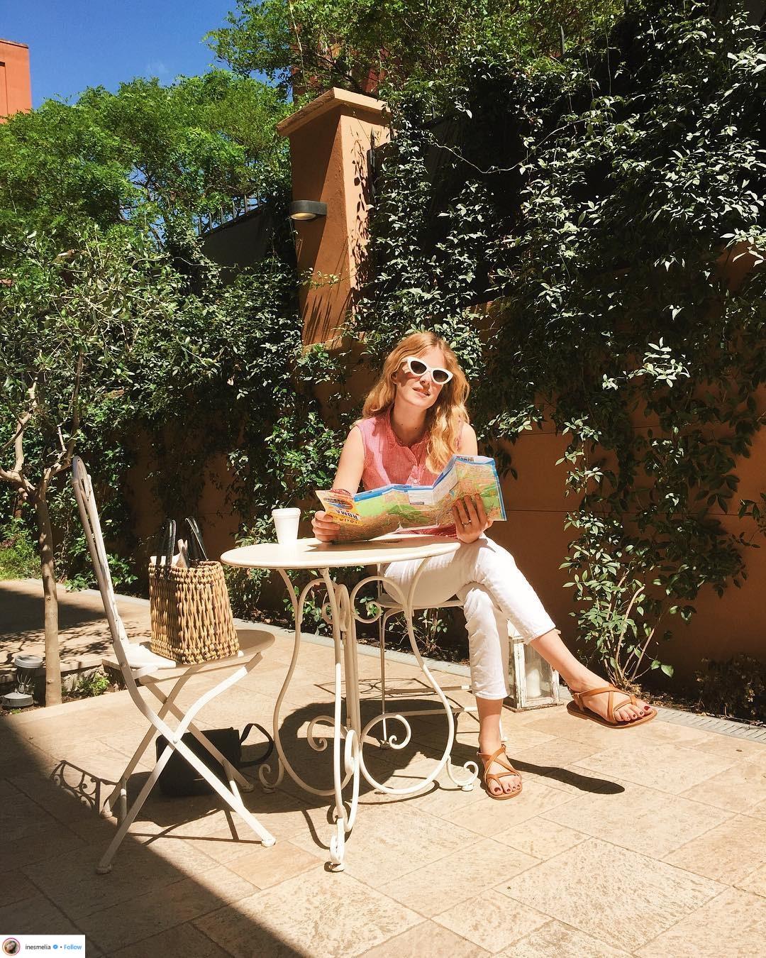 phong cách thời trang Pháp quần jeans trắng và kính mát bản to