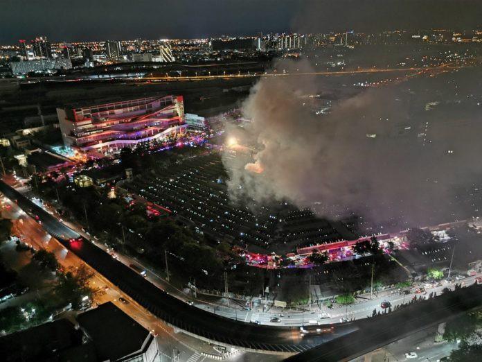 Cháy lớn tại khu chợ trời lớn nhất thế giới Chatuchak - Ảnh 4.