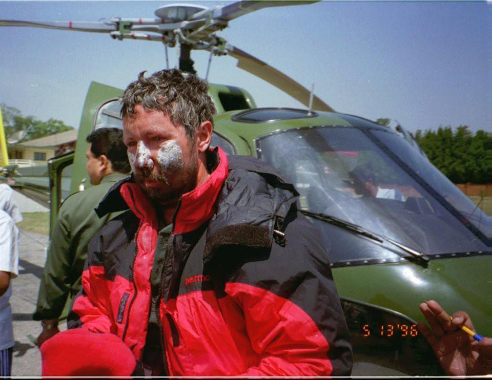 Những bức hình gây ám ảnh nhất trên hành trình chinh phục đỉnh Everest: Từ các cột mốc thi thể đến sự thật kinh hoàng hiện ra khi tuyết tan - Ảnh 8.