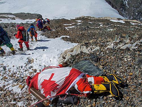 Những bức hình gây ám ảnh nhất trên hành trình chinh phục đỉnh Everest: Từ các cột mốc thi thể đến sự thật kinh hoàng hiện ra khi tuyết tan - Ảnh 7.