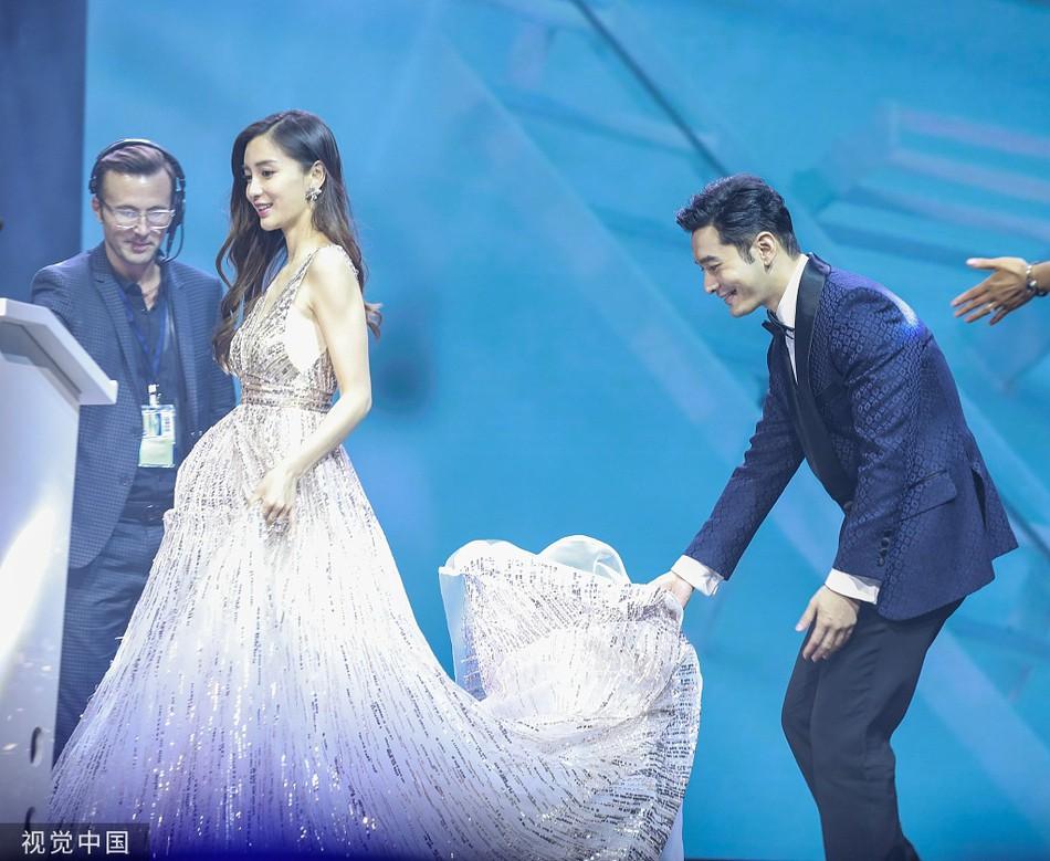 HOT: Chỉ một hành động đỡ váy cho Angelababy, Huỳnh Hiểu Minh chính thức đập tan tin đồn ly hôn ầm ĩ suốt 1 năm nay - Ảnh 2.