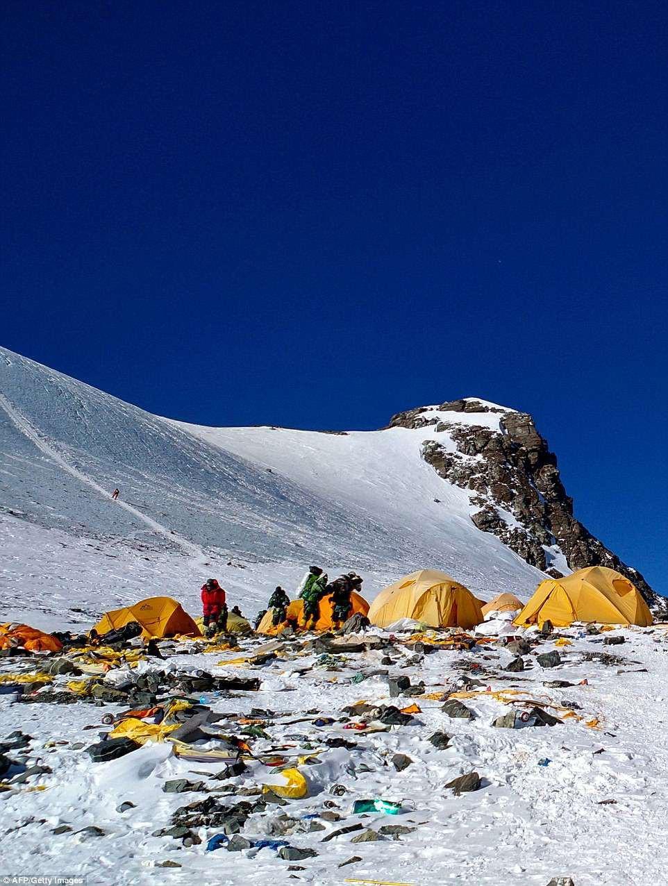 Những bức hình gây ám ảnh nhất trên hành trình chinh phục đỉnh Everest: Từ các cột mốc thi thể đến sự thật kinh hoàng hiện ra khi tuyết tan - Ảnh 5.