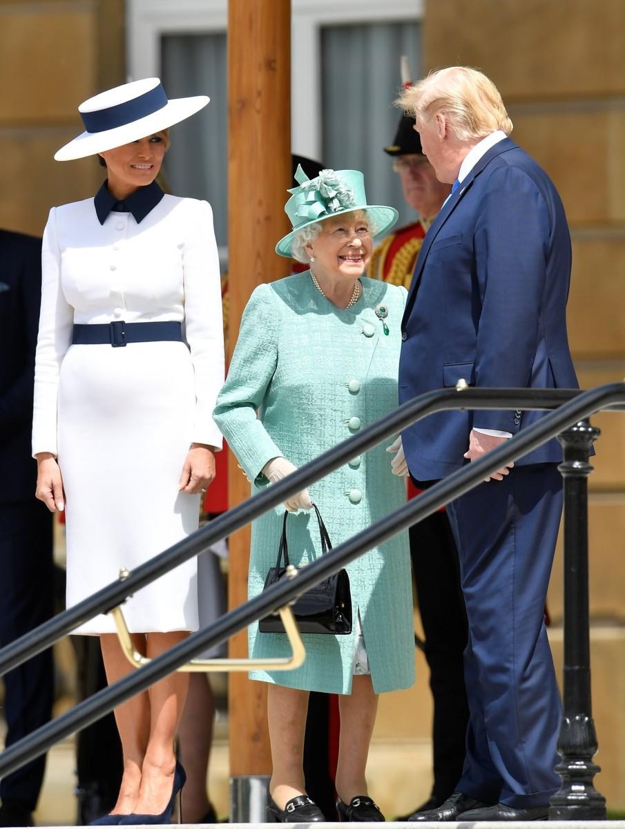 """Sánh bước bên bà Camilla nhưng """"tréo ngoe"""" thay, Đệ nhất Phu nhân Mỹ lại chọn set đồ hao hao giống nhân vật này - Ảnh 1."""
