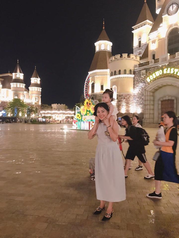 Khoe ảnh con gái đi du lịch, mẹ trẻ Hà Nội nhận cả ngàn lời khen vì... bà nội 50 tuổi quá trẻ đẹp - Ảnh 2.