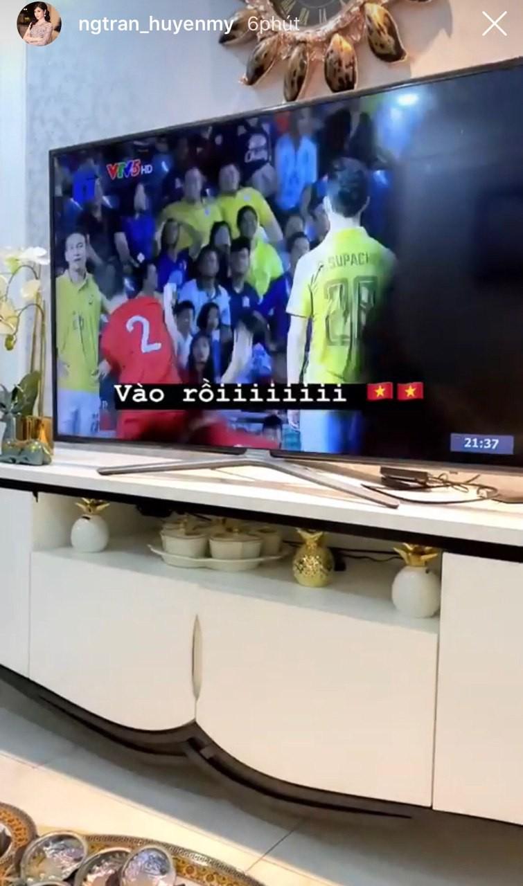 Sao Vbiz vỡ oà khi Văn Đức ghi bàn phút chót, tuyển Việt Nam hạ Thái Lan ngoạn mục vào chung kết Kings Cup - Ảnh 2.