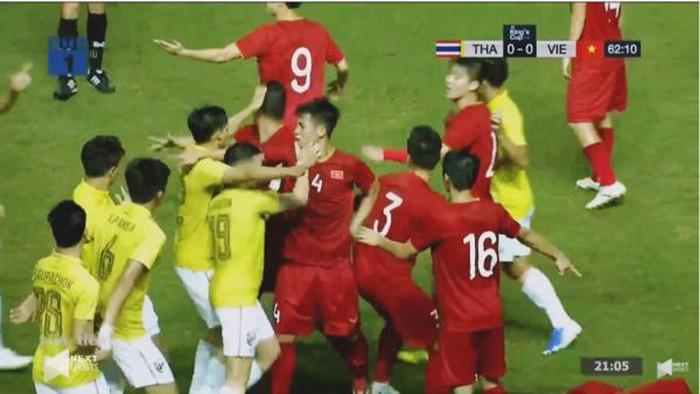 Tiền vệ Thái Lan đánh Văn Hậu lần 2, trọng tài rút thẻ vàng Văn Toàn