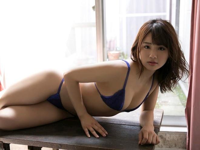 Người mẫu Nhật hướng dẫn thí sinh tạo dáng phản cảm như đóng phim người lớn trên sóng truyền hình Việt là ai? - Ảnh 6.