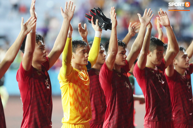 Hình ảnh cảm động: U23 Việt Nam đội mưa đi khắp khán đài cảm ơn người hâm mộ sau trận thắng U23 Myanmar - Ảnh 12.