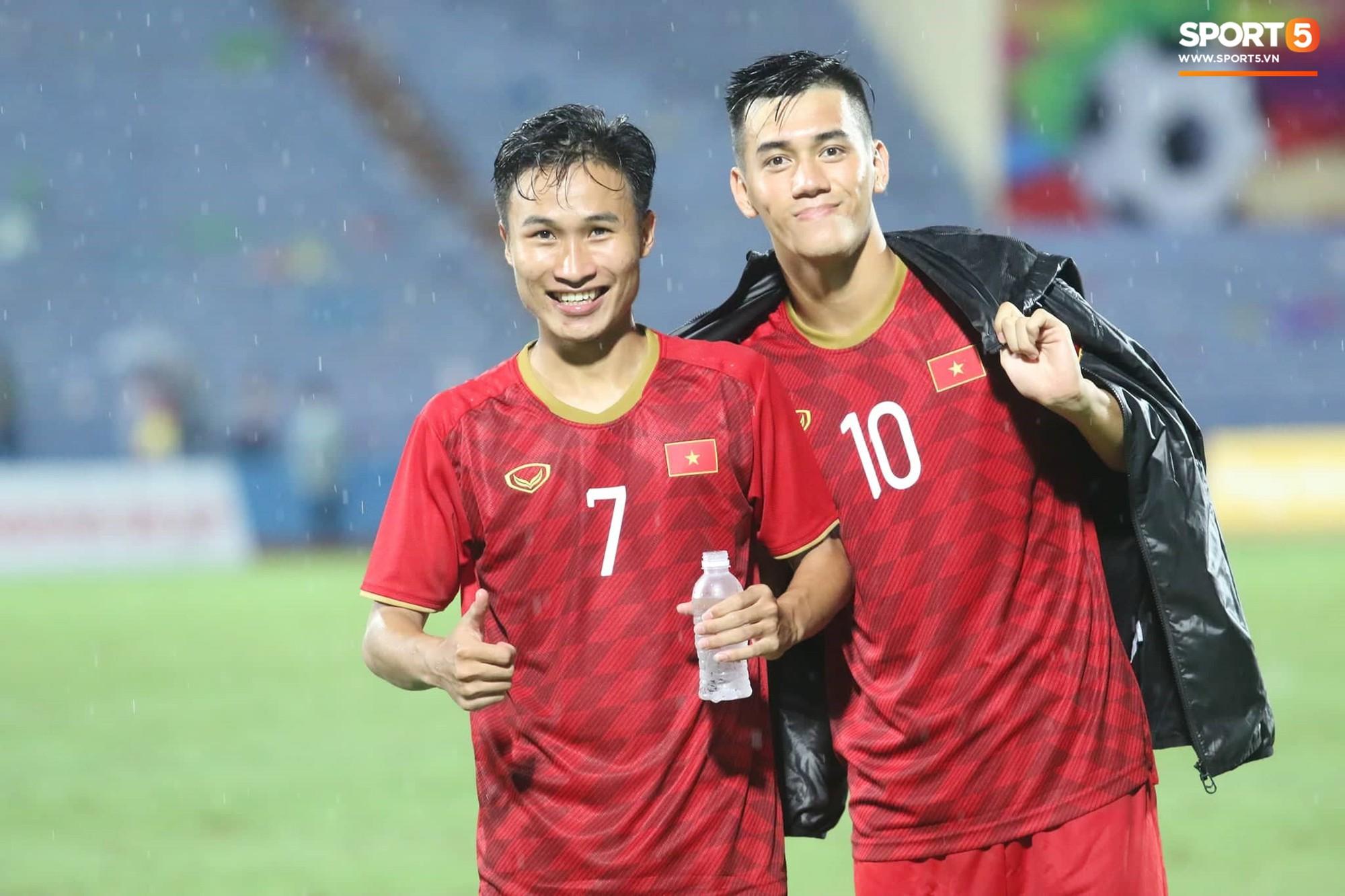 Hình ảnh cảm động: U23 Việt Nam đội mưa đi khắp khán đài cảm ơn người hâm mộ sau trận thắng U23 Myanmar - Ảnh 10.