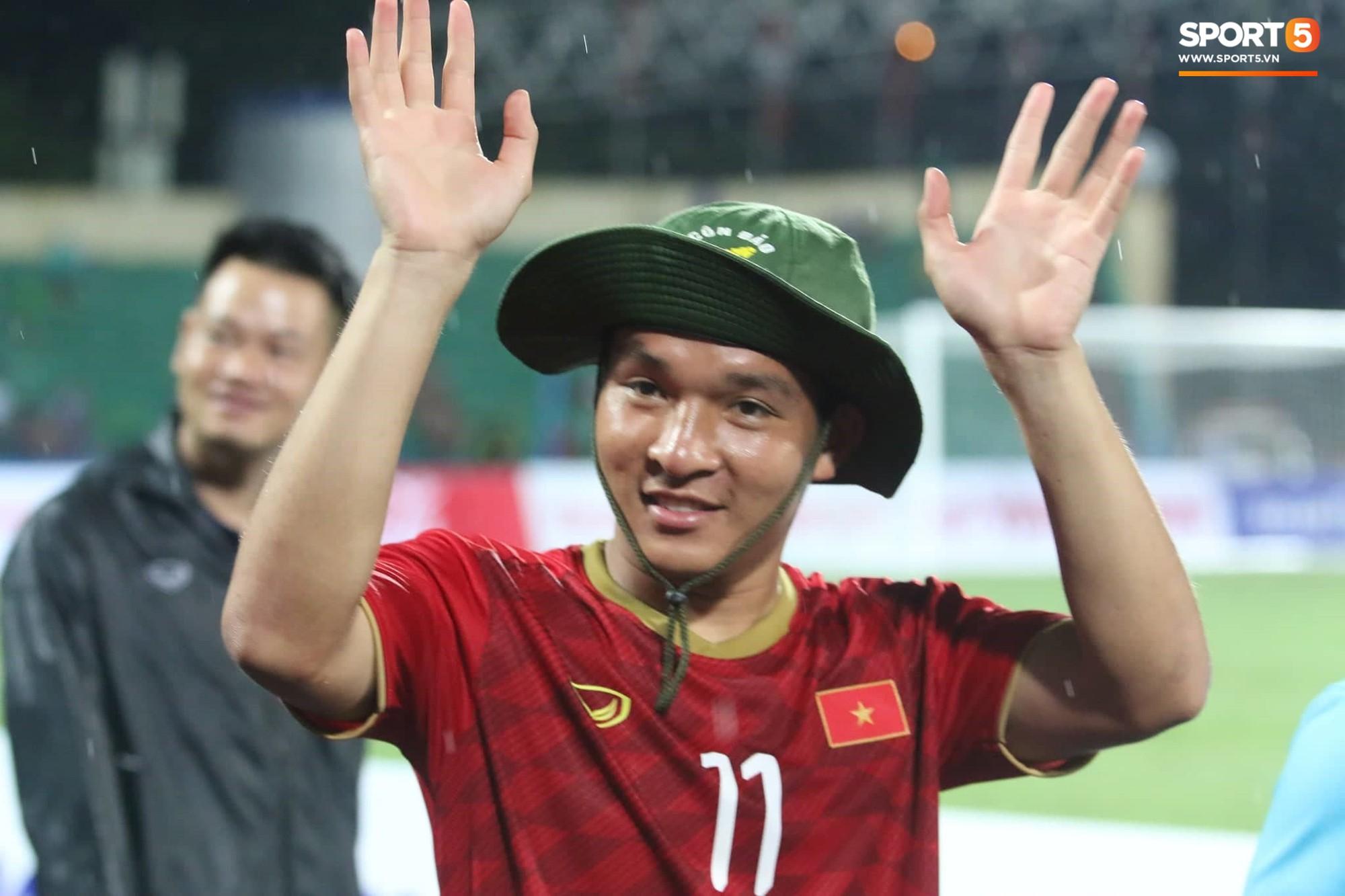 Hình ảnh cảm động: U23 Việt Nam đội mưa đi khắp khán đài cảm ơn người hâm mộ sau trận thắng U23 Myanmar - Ảnh 9.