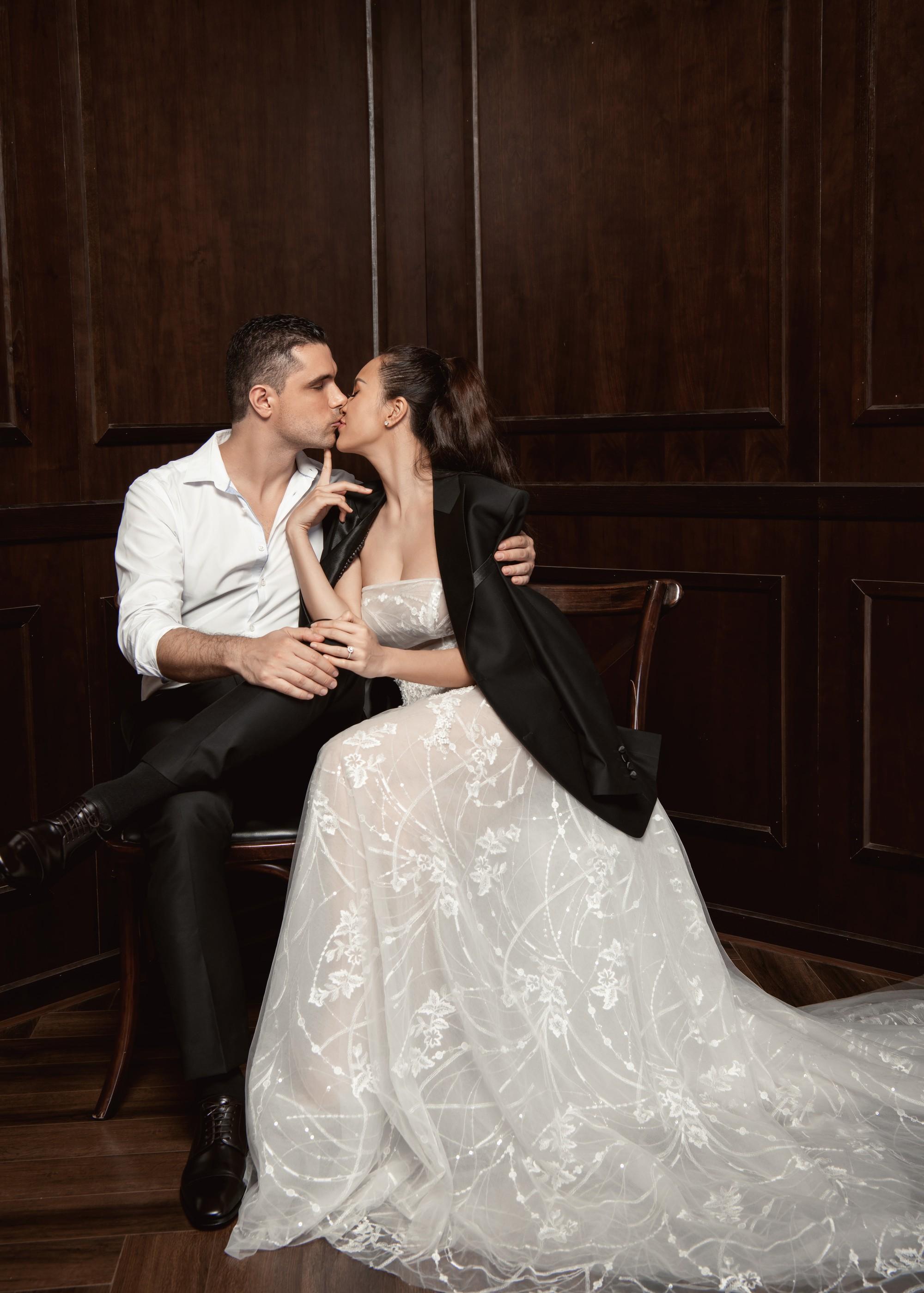 Siêu mẫu Phương Mai khoá môi ông xã Tây cực ngọt ngào trong bộ ảnh cưới trước ngày lên xe hoa - Ảnh 3.