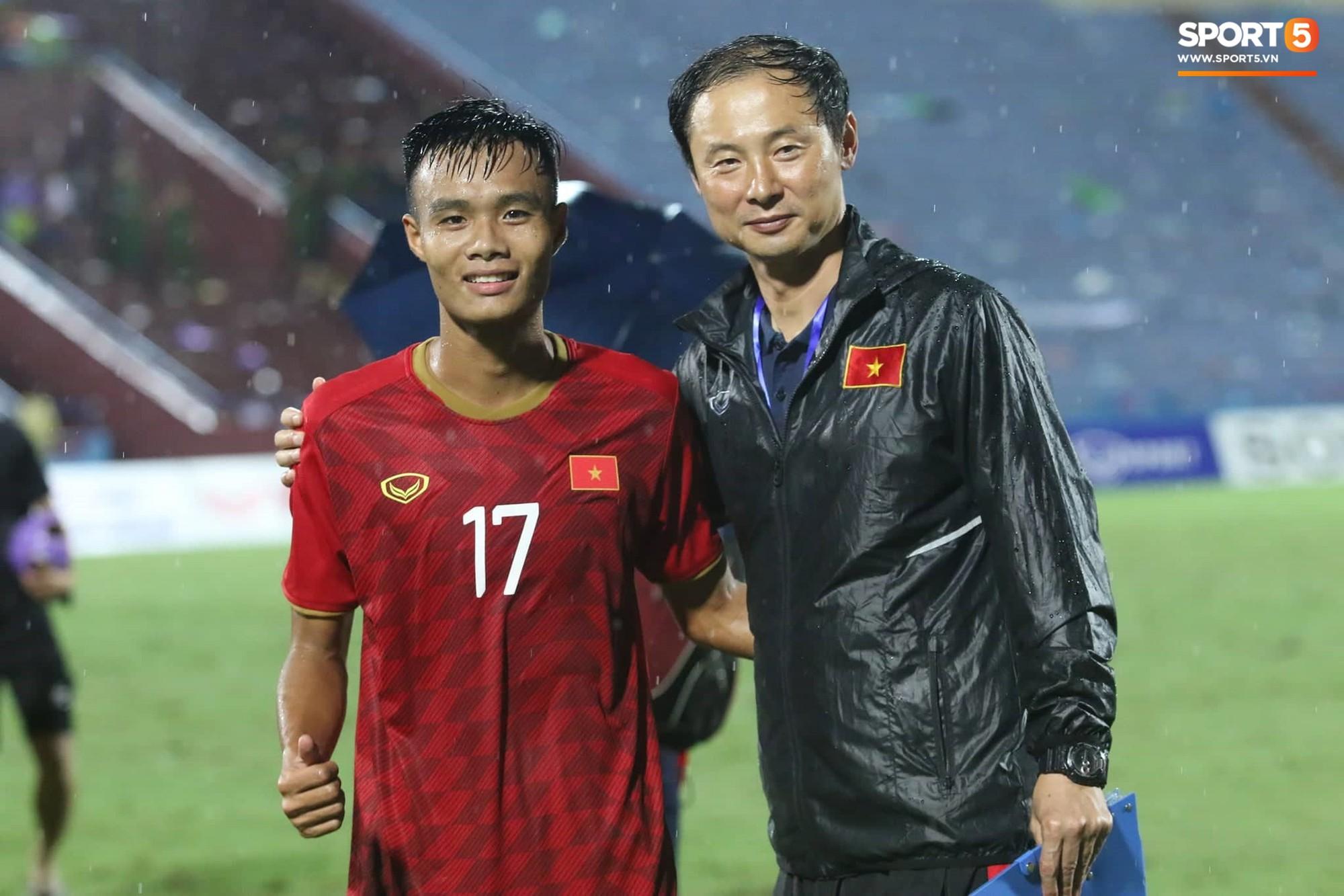 Hình ảnh cảm động: U23 Việt Nam đội mưa đi khắp khán đài cảm ơn người hâm mộ sau trận thắng U23 Myanmar - Ảnh 11.