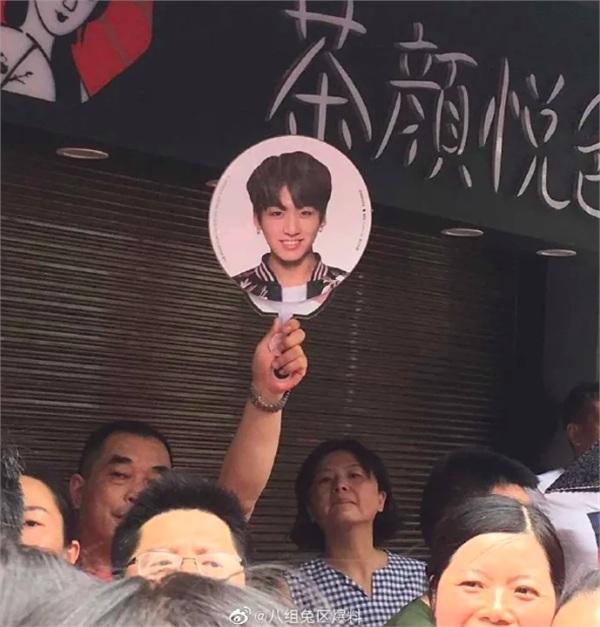 Ông bố 'cute' nhất quả đất: Giơ cao tấm ảnh của Jungkook (BTS) để đón con giữa biển người đi thi 2