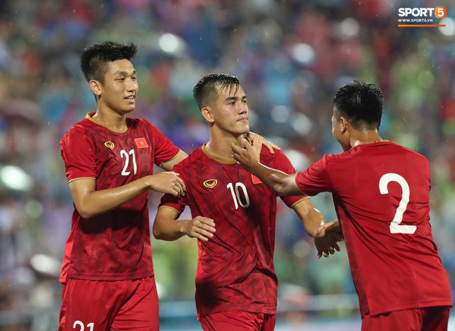 Hình ảnh cảm động: U23 Việt Nam đội mưa đi khắp khán đài cảm ơn người hâm mộ sau trận thắng U23 Myanmar - Ảnh 3.