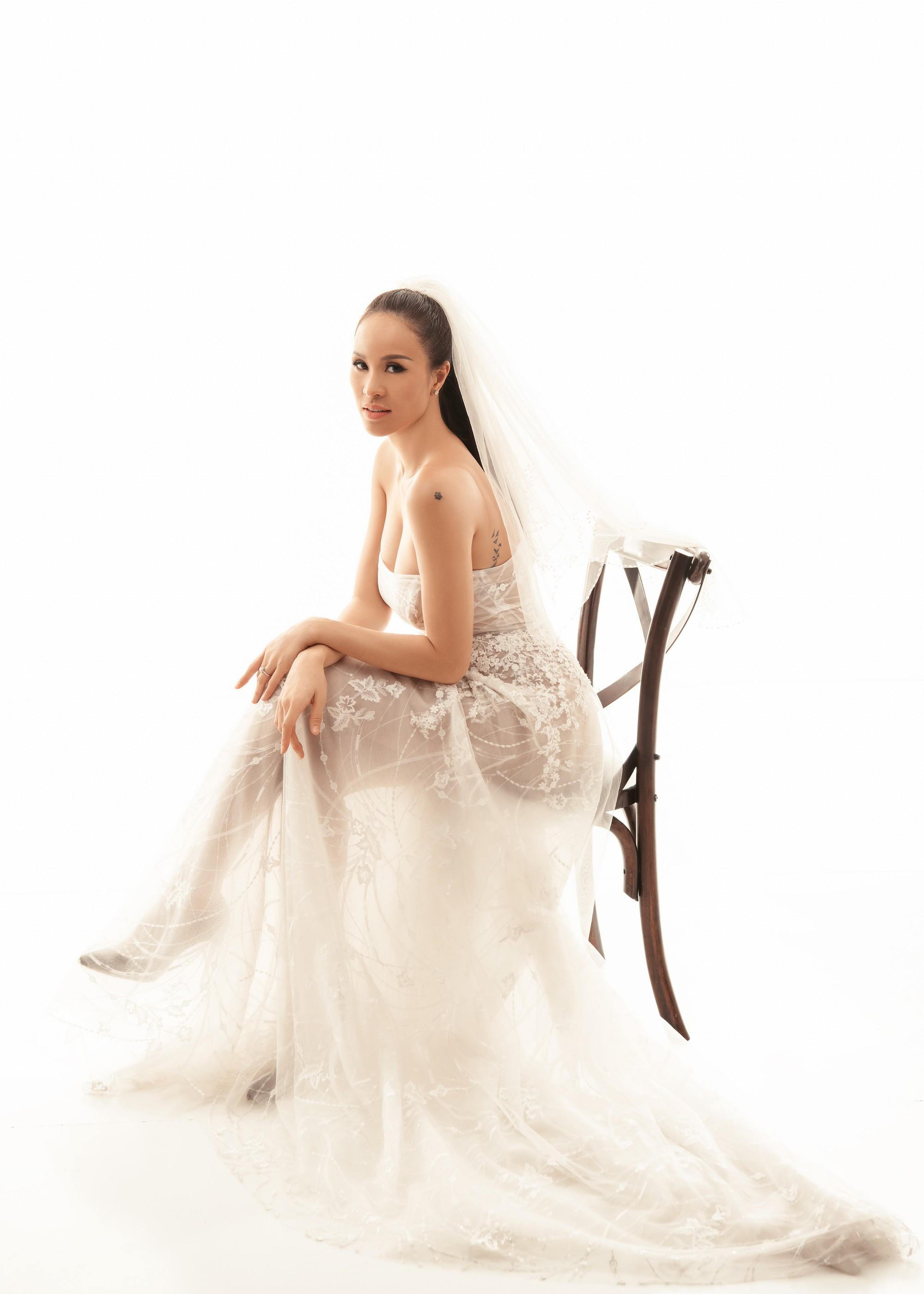 Siêu mẫu Phương Mai khoá môi ông xã Tây cực ngọt ngào trong bộ ảnh cưới trước ngày lên xe hoa - Ảnh 4.