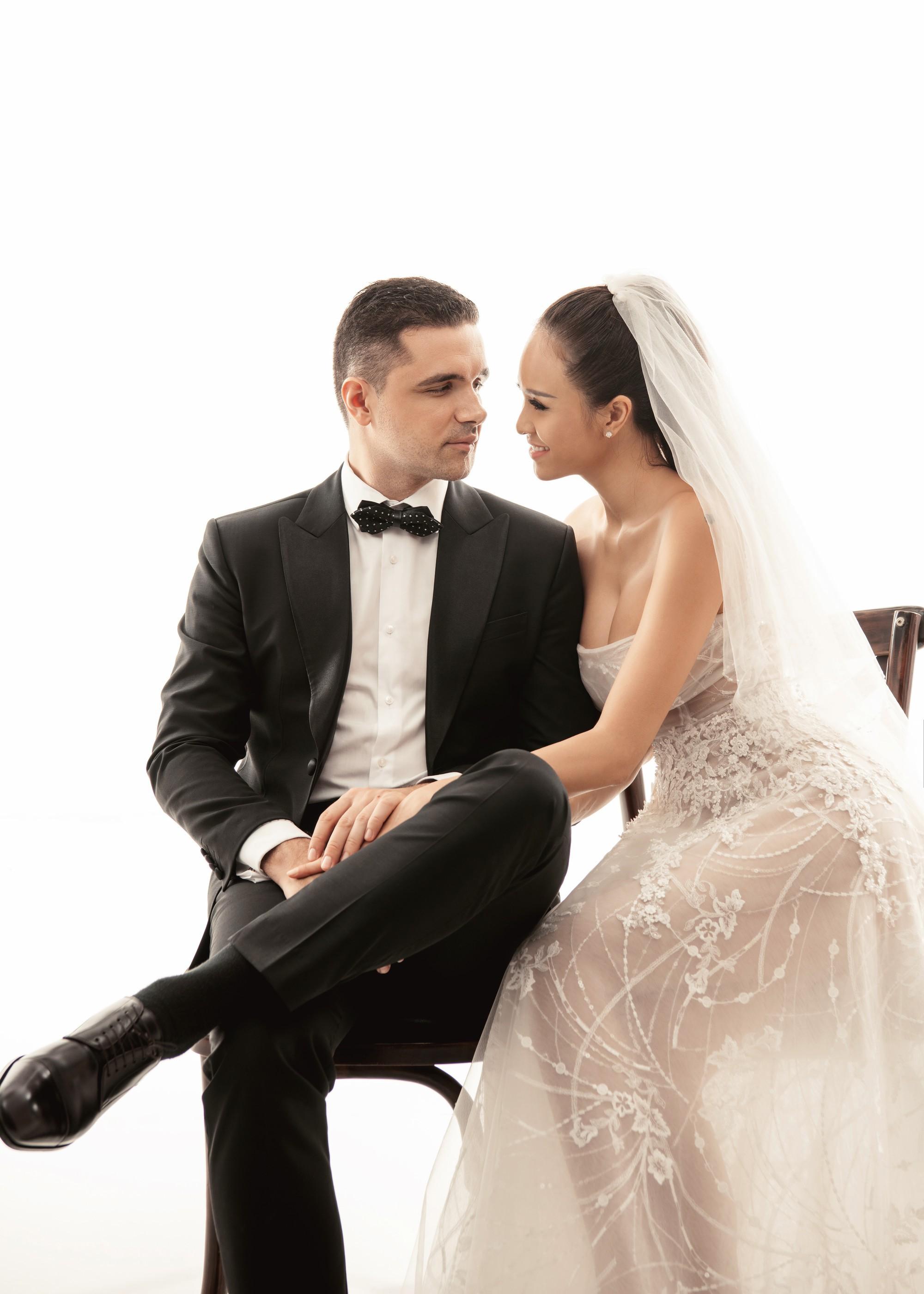 Siêu mẫu Phương Mai khoá môi ông xã Tây cực ngọt ngào trong bộ ảnh cưới trước ngày lên xe hoa - Ảnh 1.