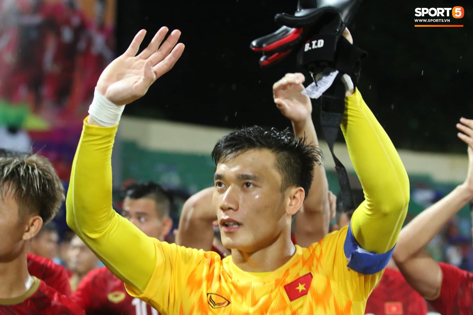 Hình ảnh cảm động: U23 Việt Nam đội mưa đi khắp khán đài cảm ơn người hâm mộ sau trận thắng U23 Myanmar - Ảnh 5.