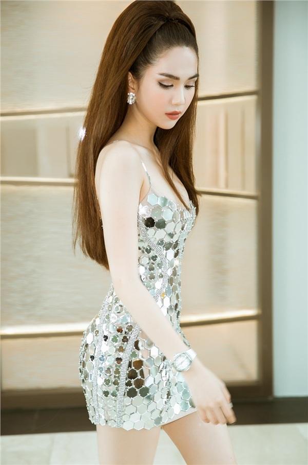 Cô chọn tông trang điểm cam đấttự nhiên và mái tóc cột cao, phối phụ kiện đơn giản