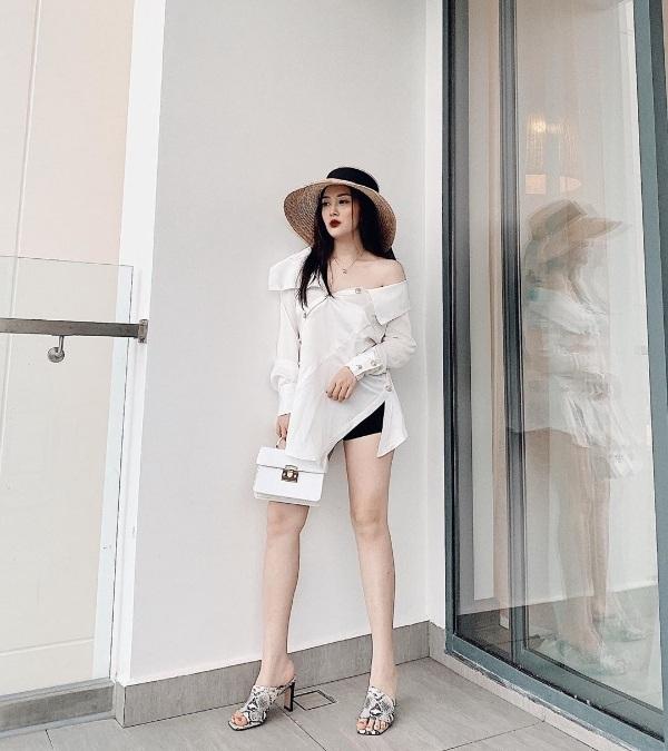 Dư Hàng My thời thượng trong một set đồ black and white khi phối áo lệch vai với quầnshort ngắn. Để tô điểm cho bộ cánh, cô sử dụng mũ cói rộng vànhvà <a href=