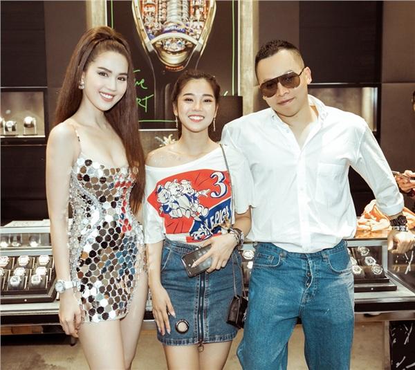 Trái ngược với sự sexy của Ngọc Trinh, Hoàng Yến Chibi lại chọn phong cách trẻ trung, năng động với áo phông và chân váy jeans. Tuy nhiên set đồ của cô nàng cũng có giá trị không nhỏ bởi sự xuất hiện của chiếc đồng hồ đắt đỏ và giày sneaker Chanel.