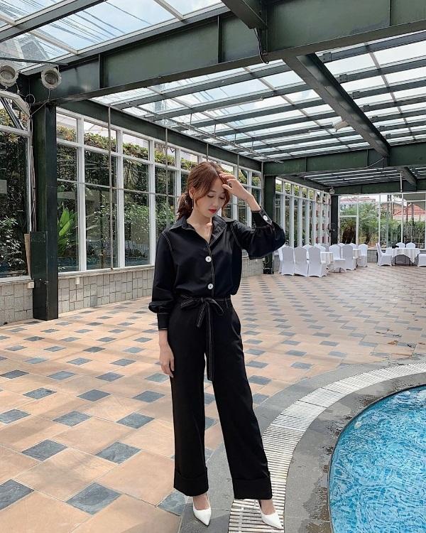 Nhung Gumiho hóa thân thành quý cô thanh lịch, thời thượng khilựa chọn bộ jumpsuit có chi tiết chít eo duyên dáng.