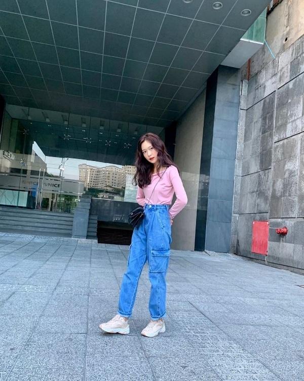 Chỉ với áo thun màu pastel. quần jean và giày thể thao, Đinh Ngọc Phi Linh đã có một set đồ vừa trẻ trung năng động lại nổi bật xuống phố.
