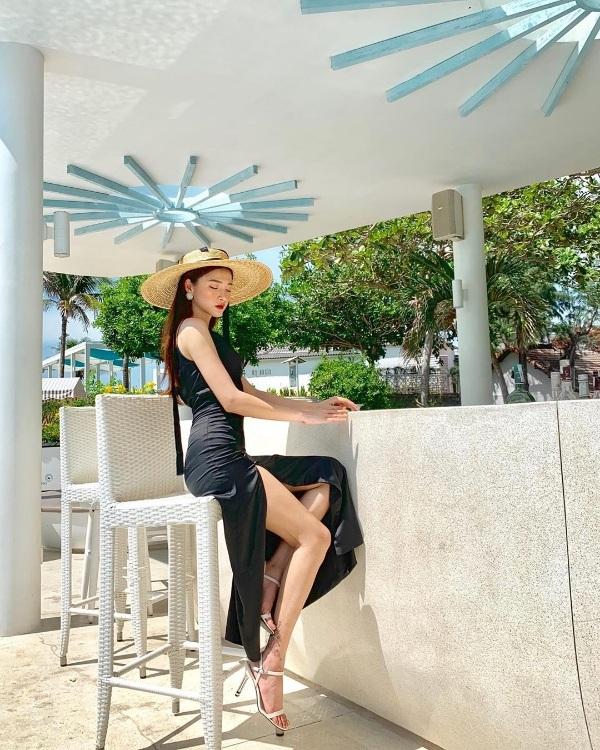 Linh Thỏ hết mực sang chảnh quyến rũ khi diện chiếc đầm đen xẻ tà cao vút. Chiếc mũ vành cói trendy trở thành điểm nhấn sáng giá cho tổng thể phong cách của cô nàng.