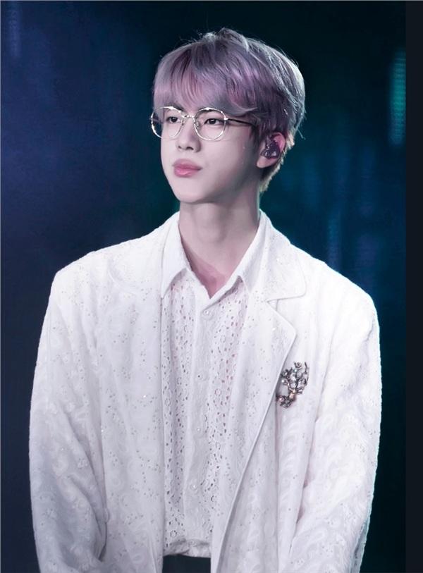 'Cảm giác như tôi đang sống trong một câu chuyện cổ tích vậy. Thật tuyệt vời. Tôi hy vọng một ngày nào đó, chúng tôi có thể đứng trên sân khấu của Grammy và biểu diễn',Jin chia sẻ.