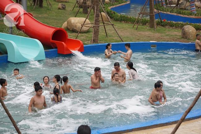 Mới mở cửa khai trương hơn 1 ngày, công viên nước Thanh Hà đã đục ngầu như ao, rác nổi khắp bể bơi - Ảnh 1.