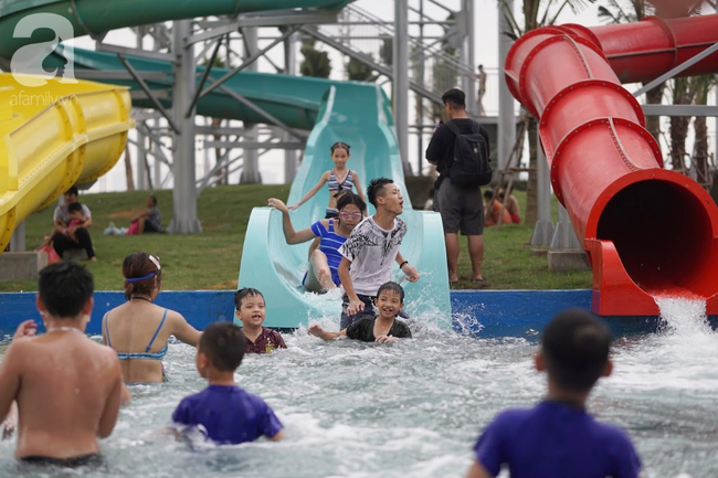 Mới mở cửa khai trương hơn 1 ngày, công viên nước Thanh Hà đã đục ngầu như ao, rác nổi khắp bể bơi - Ảnh 13.