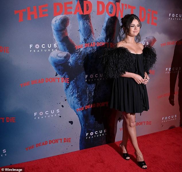 Selena Gomez khiến dân tình tá hoả vì combo vòng 1 bị ép ngộp thở, khuôn cằm và bờ môi rủ nhau sưng vều - Ảnh 4.