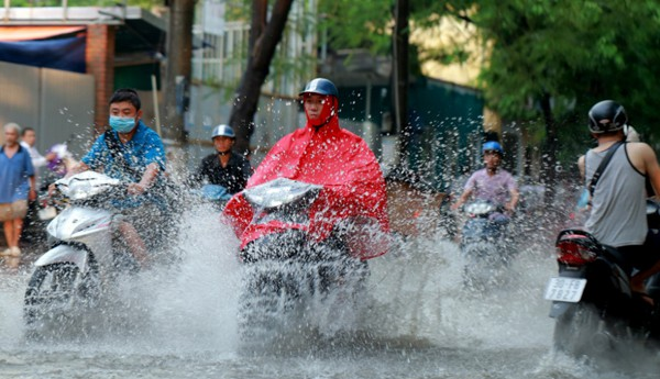 Miền Bắc bắt đầu giảm nhiệt, chiều tối có mưa giông đánh tan nắng nóng 40 độ C - Ảnh 2.