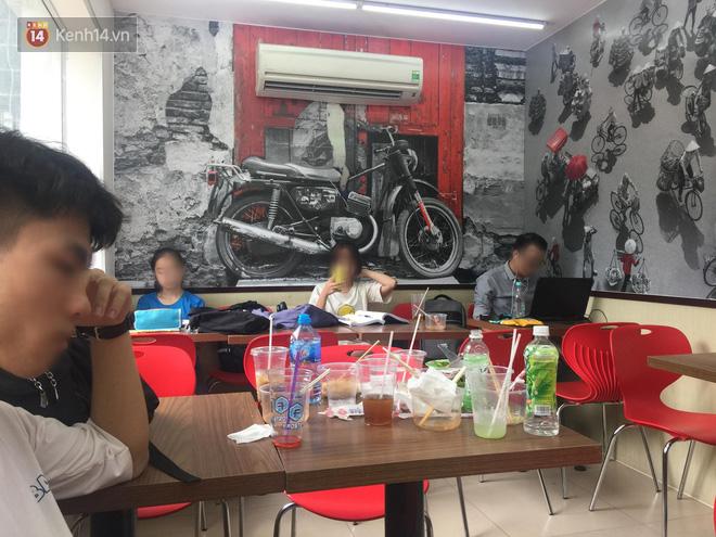 Hình ảnh xấu xí của sinh viên tại các cửa hàng tiện lợi mùa nóng: Chen chúc nhau ngồi lỳ từ sáng đến khuya, xả rất nhiều rác thải nhựa - Ảnh 1.