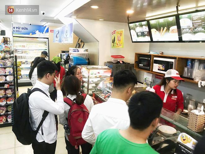 Hình ảnh xấu xí của sinh viên tại các cửa hàng tiện lợi mùa nóng: Chen chúc nhau ngồi lỳ từ sáng đến khuya, xả rất nhiều rác thải nhựa - Ảnh 10.