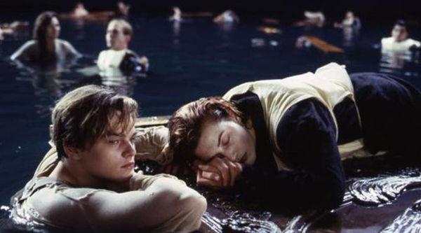 Ban nhạc vui tính chơi nhạc phim 'Titanic' khi sàn trung tâm thương mại đang bị ngập