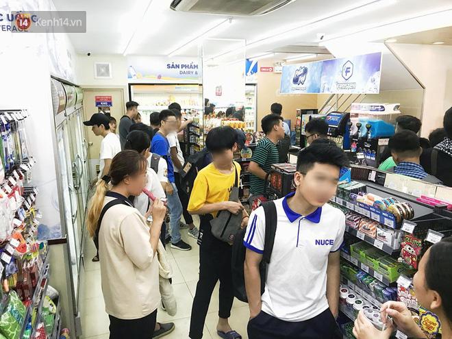 Hình ảnh xấu xí của sinh viên tại các cửa hàng tiện lợi mùa nóng: Chen chúc nhau ngồi lỳ từ sáng đến khuya, xả rất nhiều rác thải nhựa - Ảnh 11.