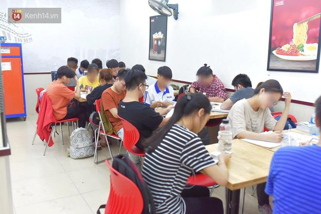 Hình ảnh xấu xí của sinh viên tại các cửa hàng tiện lợi mùa nóng: Chen chúc nhau ngồi lỳ từ sáng đến khuya, xả rất nhiều rác thải nhựa - Ảnh 3.