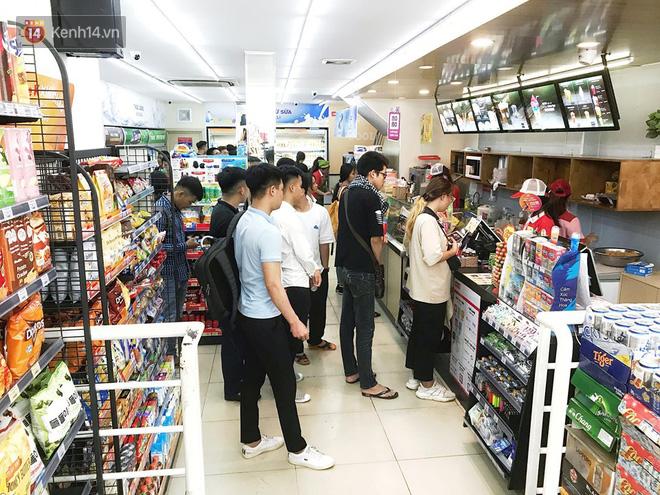 Hình ảnh xấu xí của sinh viên tại các cửa hàng tiện lợi mùa nóng: Chen chúc nhau ngồi lỳ từ sáng đến khuya, xả rất nhiều rác thải nhựa - Ảnh 9.