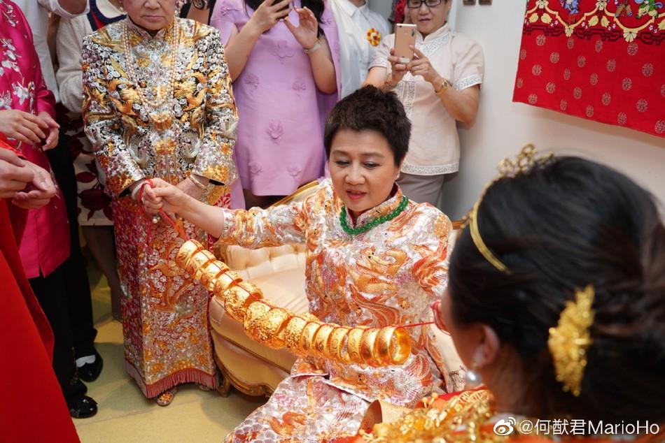 Sau lễ dạm ngõ trĩu cổ với vàng ròng, thiên kim sòng bạc Macau nặng nề với bụng bầu sinh đôi, lộ nhẫn kim cương khủng - Ảnh 10.