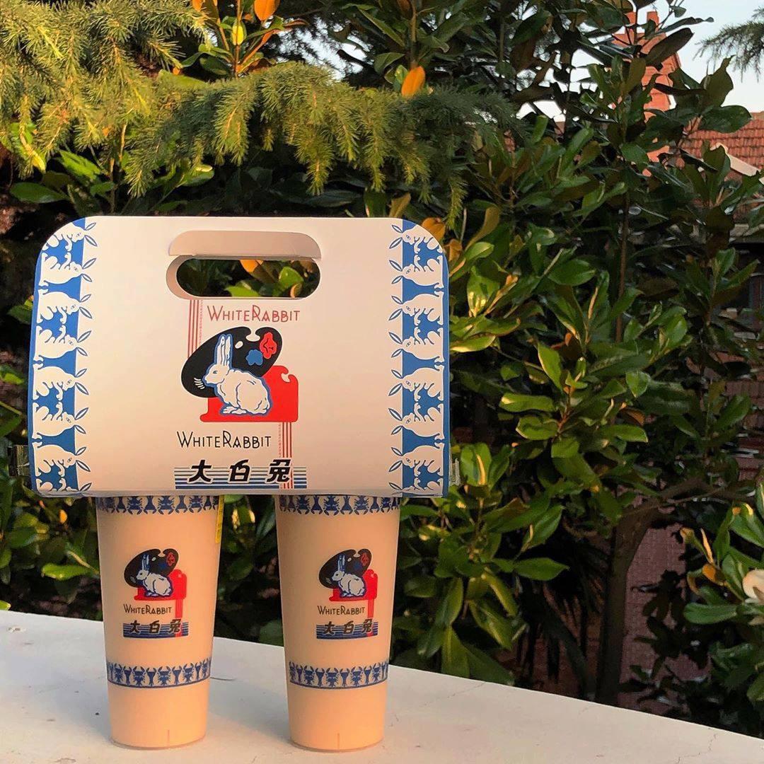 Giới trẻ Trung Quốc đổ xô đi mua trà sữa có giá siêu đắt 1,7 triệu/cốc, lý do đằng sau khiến nhiều người nể phục - Ảnh 1.