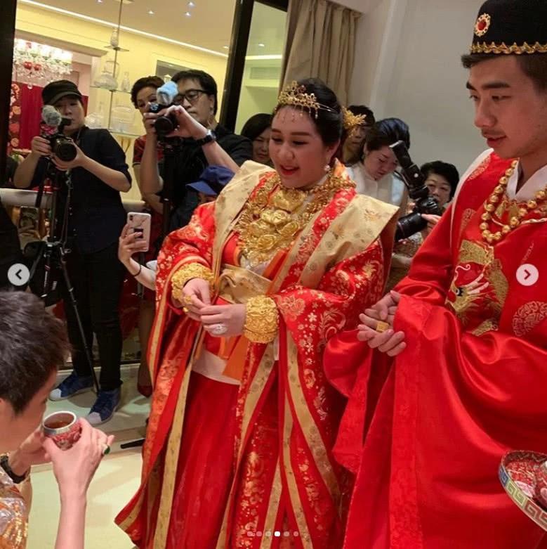 Sau lễ dạm ngõ trĩu cổ với vàng ròng, thiên kim sòng bạc Macau nặng nề với bụng bầu sinh đôi, lộ nhẫn kim cương khủng - Ảnh 12.