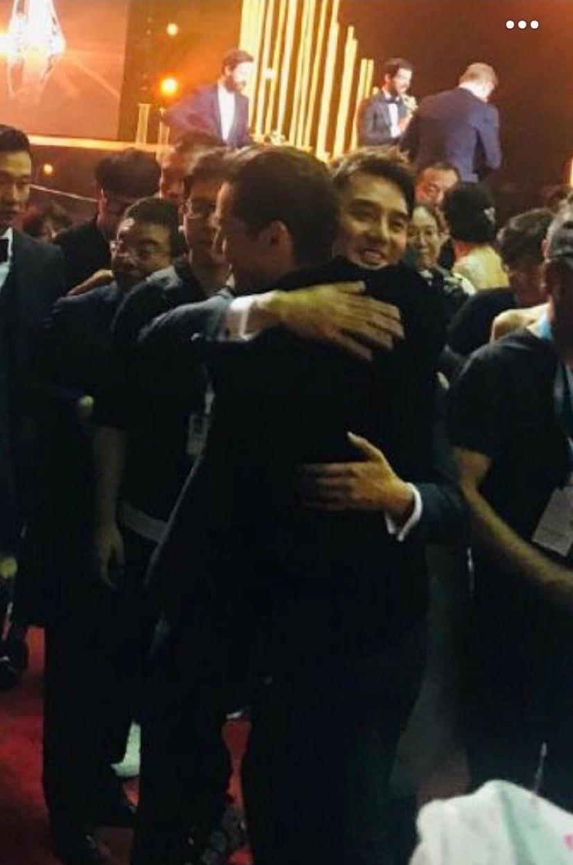 Hình ảnh hot nhất weibo: Hồ Ca và Vương Khải ôm nhau, netizen nhờ vả các mỹ nhân rước hộ 2 Thánh ế - Ảnh 1.