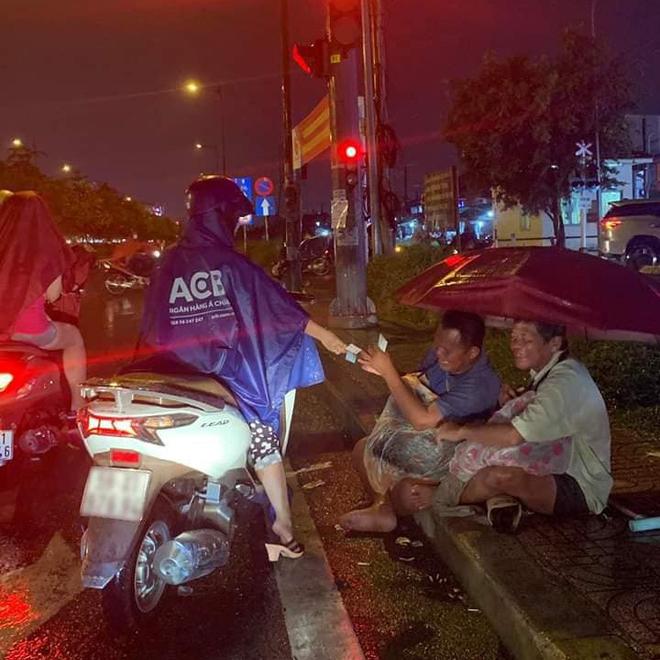 Xót xa hình ảnh 2 người đàn ông khiếm thị che chung chiếc ô dưới cơn mưa Sài Gòn để bán từng chiếc vé số - Ảnh 2.
