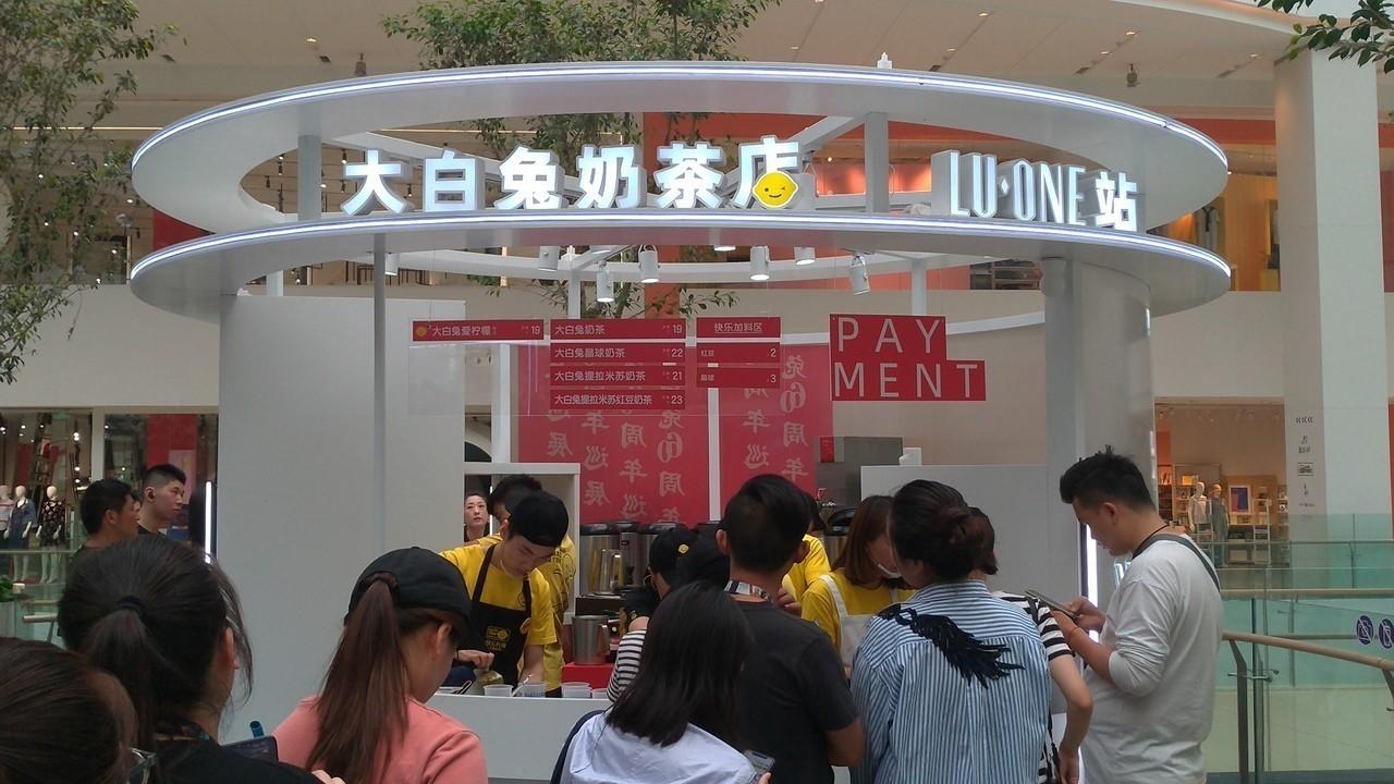 Giới trẻ Trung Quốc đổ xô đi mua trà sữa có giá siêu đắt 1,7 triệu/cốc, lý do đằng sau khiến nhiều người nể phục - Ảnh 6.