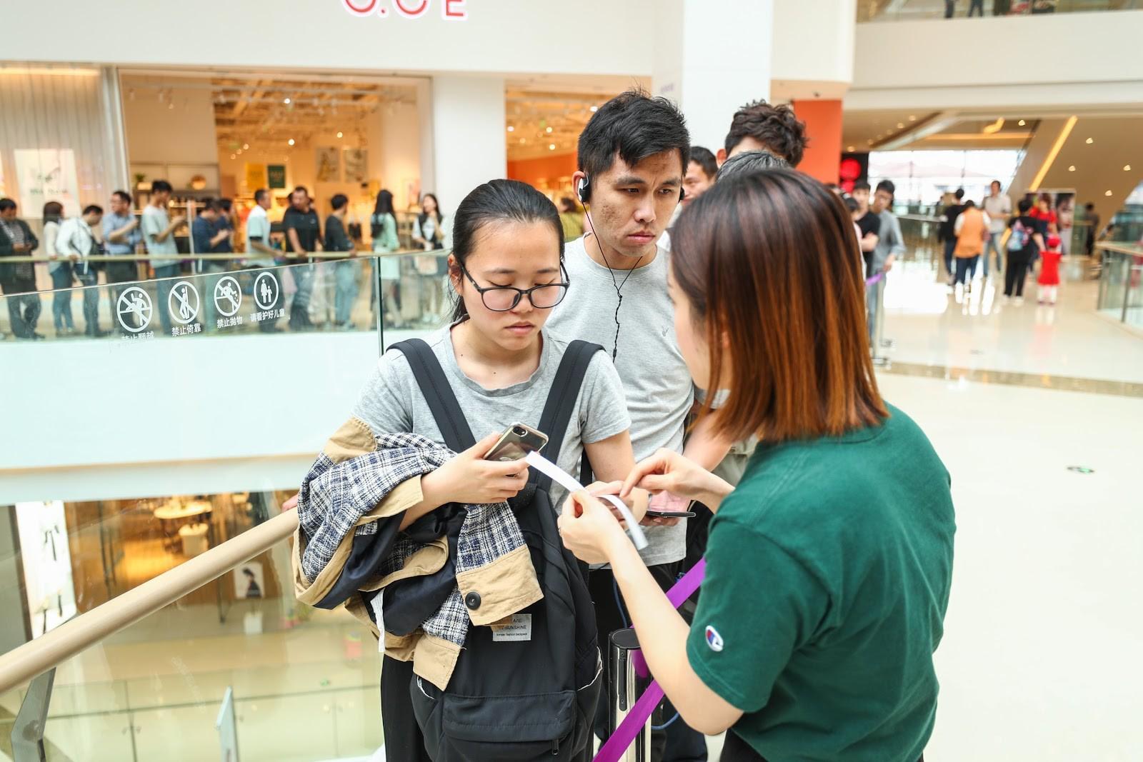 Giới trẻ Trung Quốc đổ xô đi mua trà sữa có giá siêu đắt 1,7 triệu/cốc, lý do đằng sau khiến nhiều người nể phục - Ảnh 7.