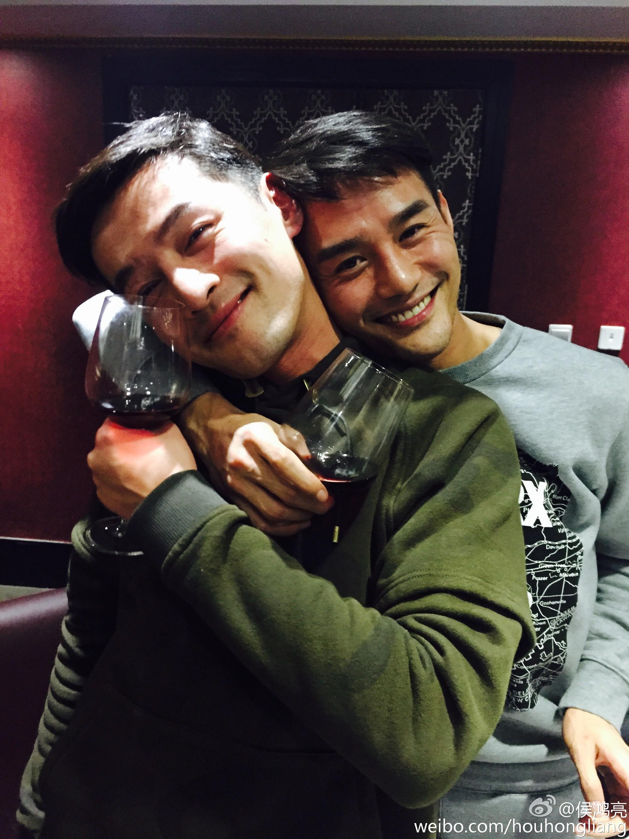 Hình ảnh hot nhất weibo: Hồ Ca và Vương Khải ôm nhau, netizen nhờ vả các mỹ nhân rước hộ 2 Thánh ế - Ảnh 5.