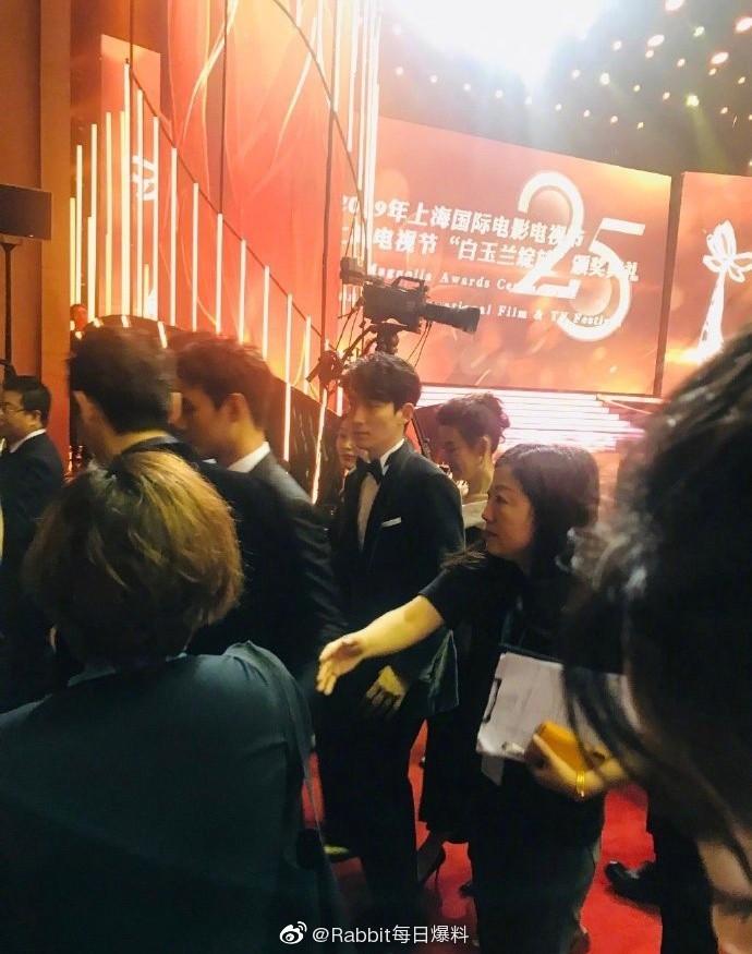 Hình ảnh hot nhất weibo: Hồ Ca và Vương Khải ôm nhau, netizen nhờ vả các mỹ nhân rước hộ 2 Thánh ế - Ảnh 3.