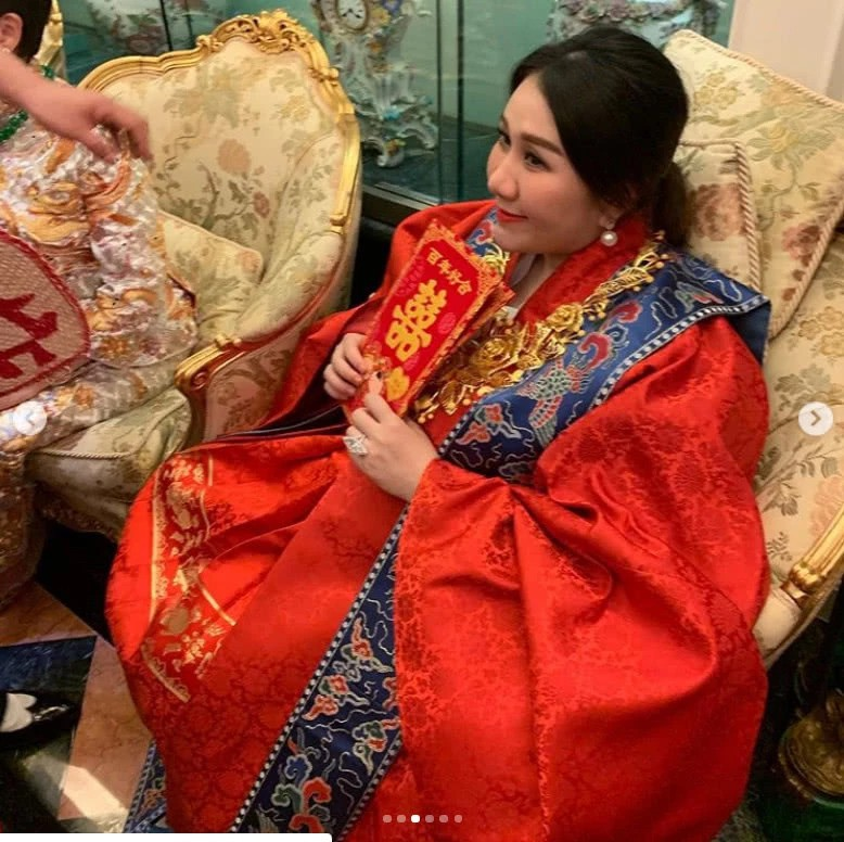 Sau lễ dạm ngõ trĩu cổ với vàng ròng, thiên kim sòng bạc Macau nặng nề với bụng bầu sinh đôi, lộ nhẫn kim cương khủng - Ảnh 7.