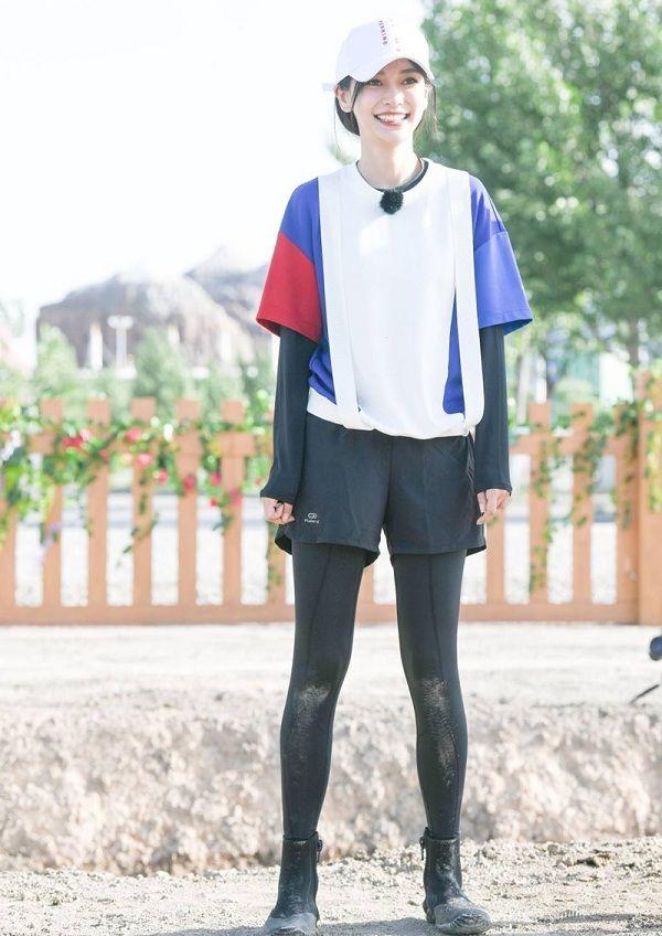Vợ của Huỳnh Hiểu Minh rất chịu khó diện áo dài tay cùng áo thun đem đến hình ảnh trẻ trung, mới lạ.
