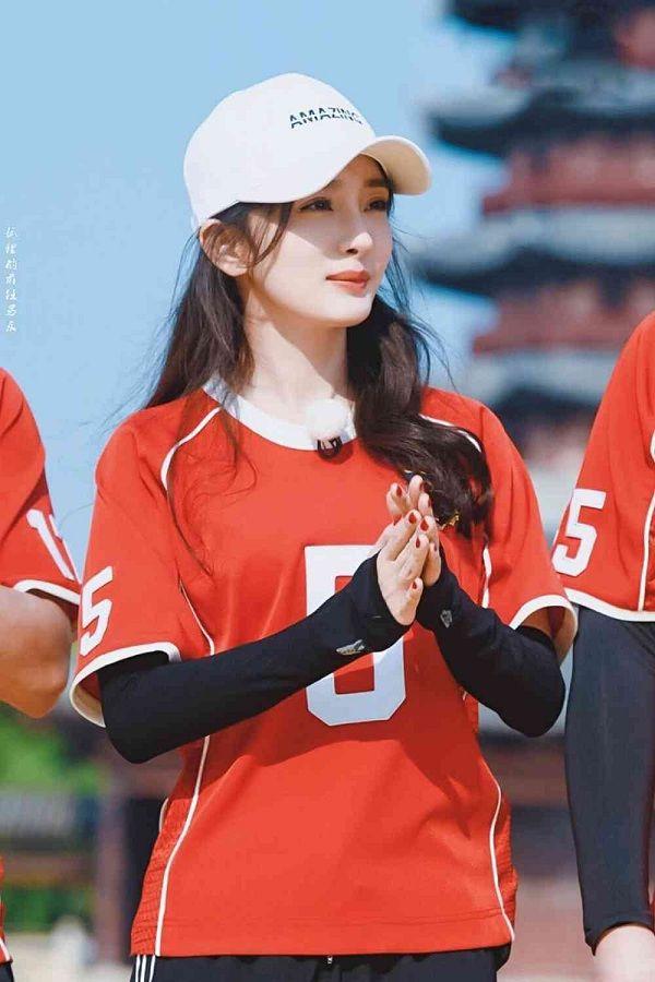 Dương Mịch thường mặc kiểu trang phục áo dài tay bên trong và áo thun bên trong khi tham gia các chương trình gameshow ngoài trời